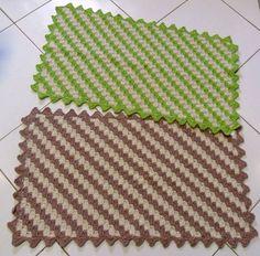 Feito em barbante totalmente manual, pode ser confecionado em outras medidas. <br>Disponível - 1 tapete na cor cru / rosa velho <br> 2 tapetes na cor cru / verde <br>PRONTA ENTREGA <br> <br>FRETE A SER CALCULADO <br> <br>Pode ser feito na cor que desejar - tempo de produção 10 dias