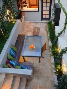 gartenideen für kleine gärten sitzbank holz farbige dekokissen gartentreppen