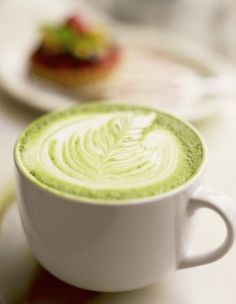 """Matcha latte Matcha latte L-theanine is a caffeine-like compound found in green tea that can keep you alert without all the """"jitters"""" many associate with caffeine. Add soothing warm soy or skim milk to get even more zen. Best Matcha Tea, Matcha Green Tea Latte, Hot Cocoa Recipe, Cocoa Recipes, Tea Recipes, Matcha Tea Benefits, Chai, Foods To Eat, Vegetarian Recipes"""