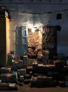 The moroccan reader Source: hand-scape Book Aesthetic, Aesthetic Pictures, New Foto, Dream Library, World Of Books, Cultural, Book Nooks, Love Book, Temples
