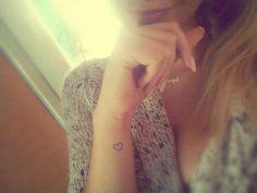 tattoo – Kleines Herz Tattoo am Handgelenk vol 13319 | Fashion & Bilder