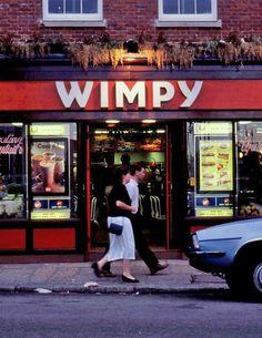 Hamburgerketen WIMPY bestaat al lang niet meer. Was eigenlijk de 'voorloper' van de McDonalds.Na het bezoek aan de dierentuin in Emmen hier een hamburger eten, 1x per jaar!