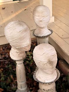These outdoor Halloween decorations are guaranteed to cast a spooky spell over the whole neighborhood. Each easy Halloween decoration is made for your front door, porch, sidewalk, or yard and can weather the cold or rain. Casa Halloween, Halloween 2014, Outdoor Halloween, Halloween Projects, Diy Halloween Decorations, Holidays Halloween, Halloween Ghosts, Happy Halloween, Halloween Party