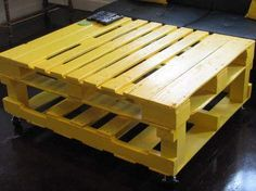 yellow pallet coffee table on casters Pallett Coffee Table, Pallet Tables, Learn Woodworking, Woodworking Projects, Woodworking School, Types Of Furniture, Furniture Making, Yellow Desk, Balcony Furniture