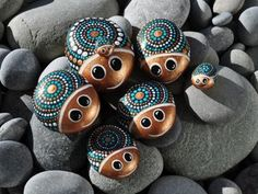 Easy Paint Rock For Try at Home (Stone Art & Rock Painting Ideas) Dot Art Painting, Rock Painting Designs, Pebble Painting, Pebble Art, Stone Painting, Mandala Painting, Art Art, Stone Crafts, Rock Crafts