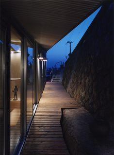 Rooftecture S de Shuhei Endo  Japón, año 2005  Se resolvieron las empinadas pendientes que tiene el sitio, maximizando el espacio entre el muro de contención y la mejora del terreno que se logró siguiendo las pendientes naturales al momento de levantar la estructura y la envolvente.   El muro exterior es una placa metálica ondulada que se pliega y conforma también el techo de la vivienda.