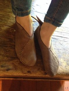 Earthing Moccasins, all the best aspects of being barefoot while being fully protected at the same time. Leather Moccasins, Leather Slippers, Minimalist Shoes, Naturalizer Shoes, Kinds Of Shoes, Diy Clothes And Shoes, Moccasin Boots, Handmade Leather Shoes, Me Too Shoes
