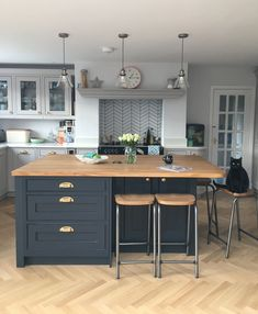 There is no question that designing a new kitchen layout for a large kitchen is much easier than for a small kitchen. A large kitchen provides a designer with adequate space to incorporate many convenient kitchen accessories such as wall ovens, raised. Kitchen Diner Extension, Kitchen Layout, Kitchen Style, Kitchen Renovation, Home Decor Kitchen, Country Kitchen, Kitchen Remodel, Modern Kitchen, Kitchen Design
