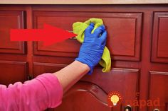 Eco-Friendly Trick To Remove Greasy Grime From Kitchen Cabinets Cleaning Cabinets, Cleaning Wood, Cleaning Hacks, Cleaners Homemade, Diy Cleaners, Grease Cleaner, Cleaning Services Company, Wooden Kitchen Cabinets, Madeira Natural