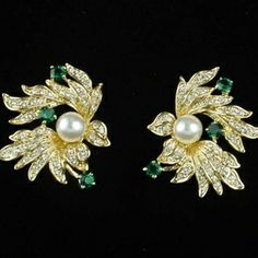 A family heirloom, Jackie received the Pearl & Flower Earrings plus matching brooch. It is a gift from the Kennedy side of the family – a prideful symbol of their Irish heritage and the Emerald Isle.