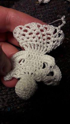 5 láncszemes körrel kezdem a fejét. Első sor 10 rövidpálca. Második 14. Harmadik 18. Negyedik 22. 5 / 22.. 6/ 22... 7 / 18...... Bead Crochet, Cute Crochet, Crochet Earrings, Crochet Christmas Decorations, Christmas Crafts, Christmas Ornaments, Crochet Doll Tutorial, Crochet Angels, Crotchet Patterns