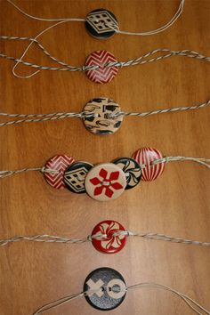 Super Easy, DIY Wooden Button Bracelets Super Easy, DIY Wooden Button Bracelets,Projects to Try Wooden Button Bracelets : Permanent Christmas Ribbon & Tags. Have decorative button and intermix an initial button for reusable gift ribbon / tags DIY Armband Tutorial, Bracelet Tutorial, Tutorial Diy, Diy Buttons, Vintage Buttons, Jewelry Crafts, Handmade Jewelry, Gift Ribbon, Button Bracelet