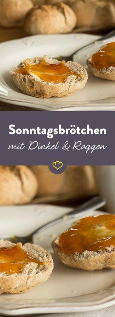 """Obwohl """"Sonntag"""" im Namen steckt, schmecken die Dinkel-Roggen-Brötchen auch an allen Tagen köstlich - vor allem, wenn sie wenn sie frisch, warm und knusprig aus dem Ofen kommen."""