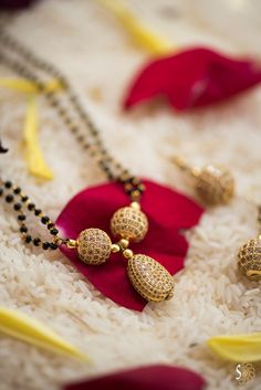 Offers a large choice of blonde bijou compilations, classic High Jewelry for ladies. Gold Chain Design, Gold Ring Designs, Gold Bangles Design, Gold Earrings Designs, Gold Jewellery Design, Gold Jewelry Simple, High Jewelry, Jewelry Sets, Beaded Jewelry