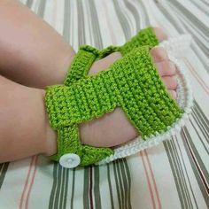 Sapato de croche Confeccionados com linha 100 algodão Tamanhos: 14 - 0 a 2 meses 15 - 2 a 4 meses 16 - 4 a 6 meses Crochet Baby Clothes Boy, Crochet Baby Boots, Crochet Baby Sandals, Crochet Shoes, Crochet Slippers, Love Crochet, Crochet Gifts, Crochet For Kids, Knit Crochet