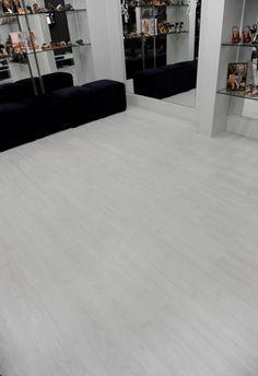 Na Categoria Marca: Eucafloor  Linha: Elegance  Padrão: Mont Blanc. CHÃO Floor Design, House Design, Bedroom Closet Design, Floor Colors, Luxurious Bedrooms, Living Room Decor, Sweet Home, Flooring, Interior Design