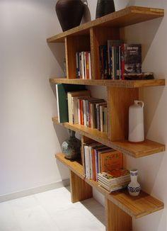 Diseño y fabricación a medida de estantería realizada con tableros macizos de madera de bambú tostado horizontal.