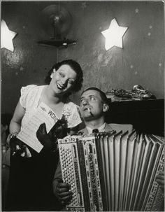Kiki et son accordéoniste, au Cabaret des Fleurs - George Brassaï - Paris by Night