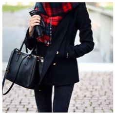 6a9e566d7389 Plaid scarf is just the perfect touch for the fall Mode Chic, Winter Mode,