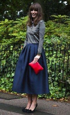 デザインも見た目もエレガントなネイビーのAラインスカートはボーダーのカットソーとパンプスを合わせれば大人可愛いコーデに。40代アラフォー女性におすすめのAラインスカートコーデ♬