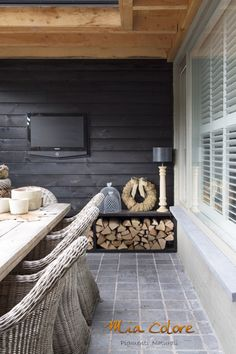 The black accent slat wood wall, tiles, and natural wood elements. Outdoor Rooms, Outdoor Gardens, Outdoor Living, Outdoor Decor, Porch Garden, Home And Garden, Extension Veranda, Porch Veranda, Garden Design