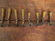 8 anciennes poignées de tiroir / poignées de meubles par LesCurieux
