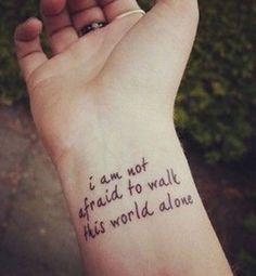 Idées de phrases pour tatouage : « I am not afraid to walk this world alone »