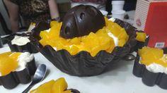 Canasta para pascuas !el chocolate con un toque de fruta fresca y crema!