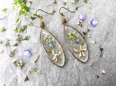 Guarda questo articolo nel mio negozio Etsy https://www.etsy.com/it/listing/519873149/orecchini-pendenti-con-fiori-verdi-e