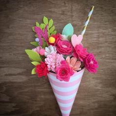 Sundae flower bouquet on wooden background