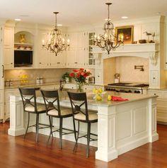 Luxus Küche mit interessanten Kronleuchter Modellen und weißer Kochinsel