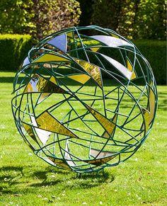 Metal Garden Sfere. O sferă dramatică și impunătoare gradina din două metale contrastante, joacă cu raportul de vid pe fond.
