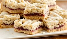 Sugar cookies, raspberry jam and white chocolate all come together to make these Raspberry White Chocolate Cookie Bars. This is the perfect dessert for bringing and sharing at your Valentines Day party. Raspberry White Chocolate Cookies, Chocolate Cookie Bars, Just Desserts, Delicious Desserts, Yummy Food, Cookie Recipes, Dessert Recipes, Cookie Ideas, Cookies Et Biscuits