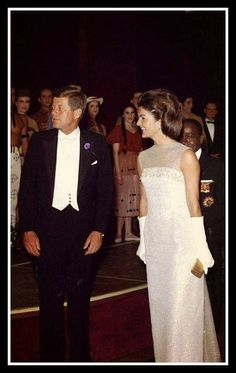 First Lady Jackie Kennedy and her husband President JF Kennedy John Kennedy, Estilo Jackie Kennedy, Les Kennedy, Jaqueline Kennedy, Jacqueline Kennedy Onassis, Familia Kennedy, John Fitzgerald, Celebs, Celebrities