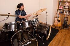 高校生の時にバンドを組んでいたという鷲尾さん。大人になったら再びドラムを叩きたいという夢が叶った。