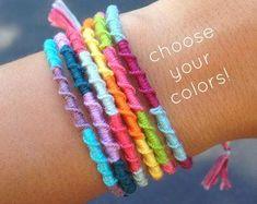 Bracelet damitié arc-en-cielBlanc et arc en cielColorful Rainbow Friendship Bracelet -- White and Rainbow Stripe -- Perfect for Gifts -- Colorful Jewelry -- By KnotTheUsualKnot on Etsy Homemade Bracelets, Diy Bracelets Easy, Summer Bracelets, Bracelet Crafts, Thread Bracelets, Embroidery Bracelets, Ankle Bracelets, Loom Bracelets, Macrame Bracelets