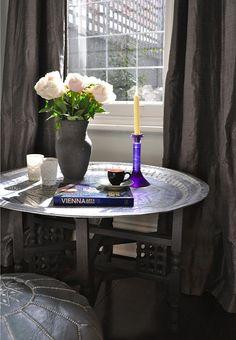 Марокканские металлические изделия передавались из поколения в поколение, в результате чего появились красивые и сложные декоративные аксессуары для дома: зеркала, вазы, чайники, светильники, подносы и многое другое.