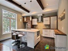 Cuisine de rêve à voir à St-Colomban #DuProprio Small Space Kitchen, Small Spaces, New Kitchen Designs, Cabin Kitchens, False Ceiling Design, Interior Decorating, New Homes, Banquette, House