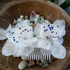 Peineta color natural de la escama y canutillos azules #peinetas #tembleques #temblequespanama #fishscaleworld #elmundodelaescamadepescado #artesania #bohochic  #handmade #panama #panamademoda