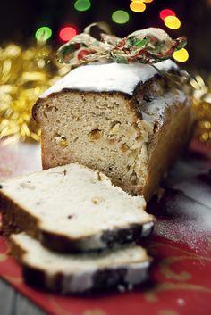 christmas iced bun cinnamon and fruit loaf Christmas Sweets, Christmas Goodies, Holiday Desserts, Christmas Baking, Holiday Recipes, Christmas Cakes, Christmas Decor, Christmas Ideas, Merry Christmas