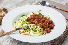 Spaguetti de calabacín al ragú di verdure: una boloñesa 100% veggie. Con un ragú de más de 8 verduras cocinadas a fuego muy lento y spaghetti hechos con calabacín. Para que disfrutes cuidándote.