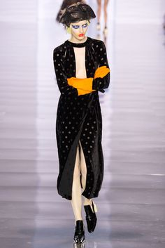 The second collection by John Galliano for Maison Margiela. Without explanation – John matches the spirit of Maison Martin Margiela PERFECTLY. The colle… Fashion Week Paris, Runway Fashion, Fashion Show, Women's Fashion, 2015 Fashion Trends, Women's Trends, Fashion Designer, Fall Winter 2015, John Galliano