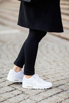 Черные джинсы + белые кеды+ черное пальто простого кроя из плотной ткани