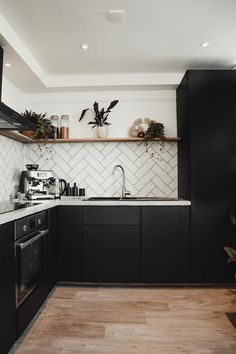 Apartment Interior, Kitchen Interior, Kitchen Design, Up House, Cozy House, Black Kitchens, Home Kitchens, Minimalist Dining Room, Kitchen Cabinet Remodel