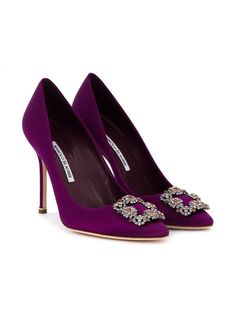 Manolo Blahnik Hangisi pumps (Carry Bradshaw wore these in blue to marry Big, who stood her up at the altar. They are sooooo much better in purple. Lila High Heels, Purple High Heels, Purple Shoes, High Heels Stilettos, Stiletto Heels, Shoes Heels, Blue Pumps, Shoes Uk, Golf Shoes