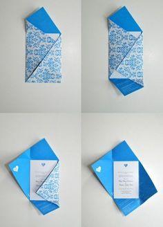 origami enveloppe bleue a motifs floraux, comment fabriquer une enveloppe pour une petite carte