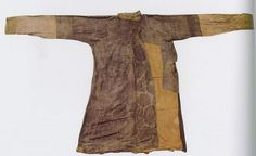 Tang Dynasty. Silk robe with floral medallion. China National Silk Museum. This is a silk robe with overlapping collar and front panels opening to the left, fitting sleeves and a slit up from the hem in the back. Using a patterned compound twill (samite) with brown floral motifs for ground, the dominant motif is a large floral medallion. This gorgeous pattern best exemplifies the typical floral medallion patterns at the height of the Tang Dynasty. China National Silk Museum.