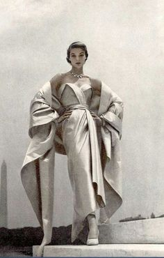 1951 Jean Patchett in Christian Dior's blue and white satin evening gown and sto… 1951 Jean Patchett in Christian Dior's blue and white satin evening gown and stole, photo by Toni Frissell, Vogue Moda Vintage, Vintage Dior, Vintage Couture, Vintage Glamour, Vintage Beauty, Vintage Vogue Fashion, 1950s Fashion Women, Vintage Girdle, Vintage Models