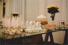 Mesa de doces romântica e moderna de noivado. Mesa de doces clean, arranjos com rosas amarelas e mosquitinhos. Letreteiro Love. Veja mais detalhes desse noivado em: http://www.renatoganske.com.br/portfolio/familia/106045-sara-e-alex-jantar-de-noivado