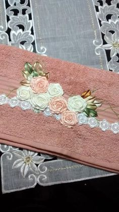 LOY HANDCRAFTS, TOWELS EMBROYDERED WITH SATIN RIBBON ROSES: TOALHA DE BANHO…